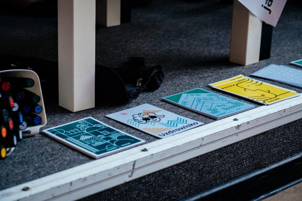 Pocztówki zaprojektowane przez lokalne studia graficzne budują świadomość marki miasta, proj. Dinksy